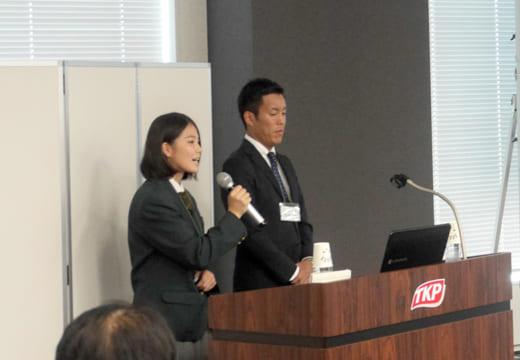 実践発表を行う大阪府立農芸高校の小西さん(左)。小学生に実施したアンケート結果が示された
