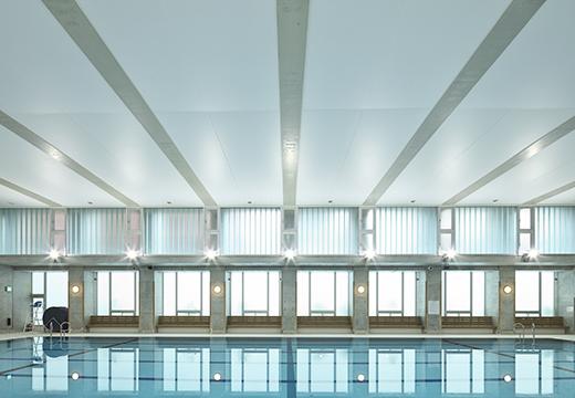 4月にオープンした膜天井システムの室内プール(中央区立中央小学校)